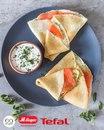 Румяные блинчики, сметанный соус и ломтики лосося — божественное сочетание.