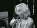 Мадонна показывает свой талант на бутылке
