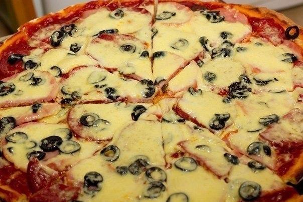●Супер-пицца● Тесто на пиццу (2 шт. диаметром 30 см.) Ингредиенты: - 2/3 ст. теплой воды; - 1 ст. л. оливкового масла; - 1 ч. л. сахара; - 0,5 ч. л. соли; - 6,5 гр. сухих дрожжей; - 2-2,5 ст. муки; Приготовление: 1. Воду смешиваем с оливковым маслом; 2. Муку смешиваем с дрожжами, сахаром и солью в большой миске; 3. Делоем углубление в муке и выливаем туда воду с оливковым маслом; 4. Замешиваем не тугое тесто; 5. Ставим тесто на полчаса в теплое место. Когда тесто подойдет разделяем на две…
