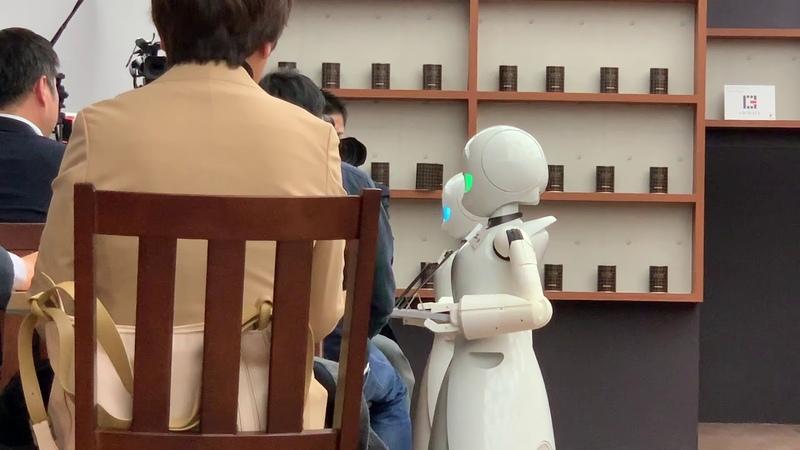В новом японском кафе трудятся роботы-официанты
