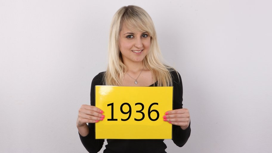 CzechCasting: Erika Игривая блондинка ласкает себя на чешском порно кастинге
