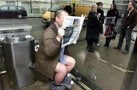 Картинки по запросу В Лондоне был установлен прозрачный туалет,