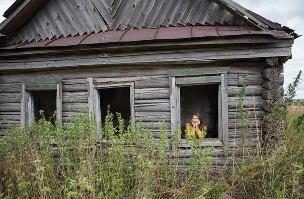 брошенный дом весь заросший садик, покосился дом, в воздухе застывший колокольный звон. лишь полынь с крапивой, да репья кусты, не закрыты ставни, комнаты пусты. старая калитка сорвана с петель,