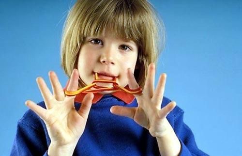 ТРЕНИРУЕМ ПАЛЬЧИКИ! Эти упражнения — уникальное средство для развития речи ребенка. 1) Массаж Чаще всего массаж используют в занятиях с детьми младенческого возраста, поэтому, как правило, его делает мама. Малыши постарше могут в дальнейшем выполнять его самостоятельно. Упражнения пальчикового массажа Положите ладошку малыша на свою ладонь, погладьте каждый пальчик. Большим и указательным пальцами круговыми движениями массируйте каждый пальчик крохи. Прикоснитесь, слегка нажимая, к подушечкам…