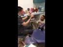 У этого дантиста свои методы работы с маленькими пациентами )