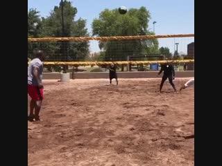 Парни играют в волейбол очень тяжелым мячом gfhyb buhf.n d djktq,jk jxtym nz;tksv vzxjv