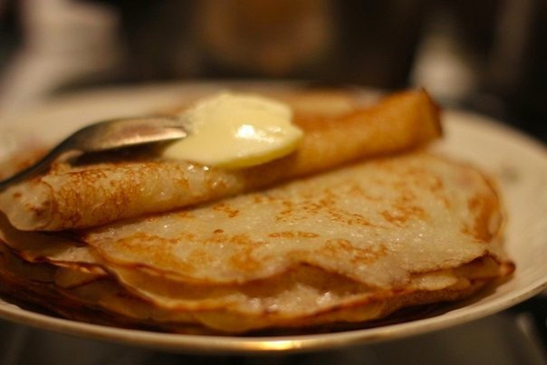 блинчики на сыворотке. без яиц что нужно: сыворотка молочная 1 ст.;мука 200 г;соль 1 ч.л.;сахар (мелкий) 1 ч.л.;разрыхлитель 1,1/2 ч.л.;сода щепотка;масло растительное 1 ст.л.;что делать: *
