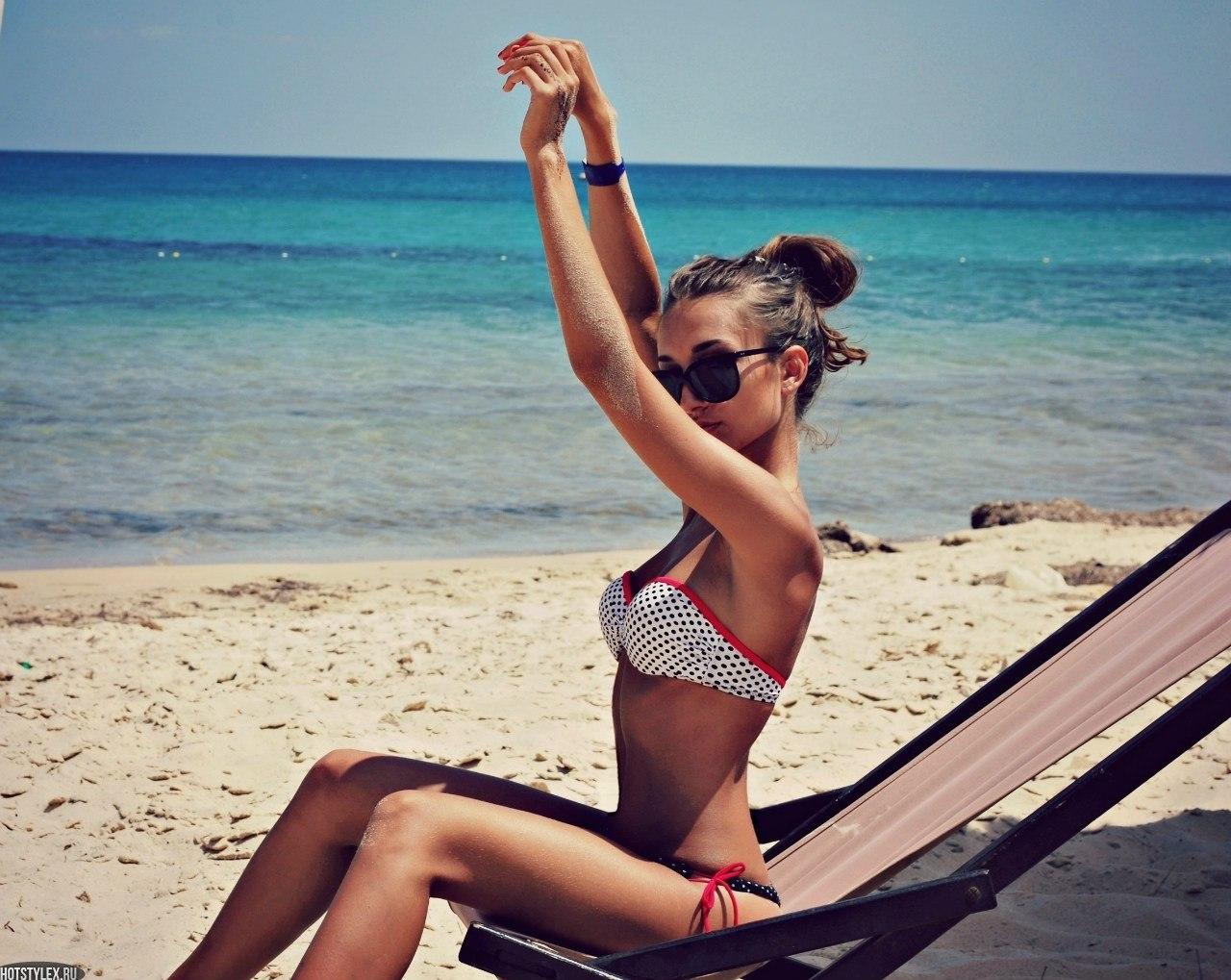 Фото красивых девушек брюнеток на пляже 7 фотография