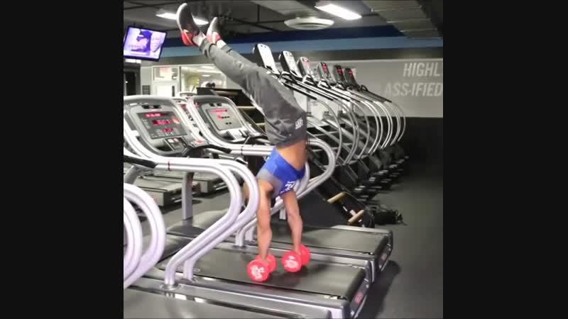 Strength of Body Опытный спортсмен показывает как может ходить на руках при помощи гантелей