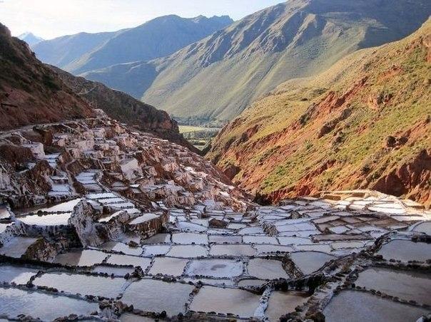 В 40 километрах к северу от Куско в городе Перу, в Священной Долине инков, расположен город Марас, известный своими водоемами по добыче соли, использовавшимися еще со времен инков. Тысячи неравномерных водоемов квадратной формы застилают склоны холмов менее чем в километре к западу от города.