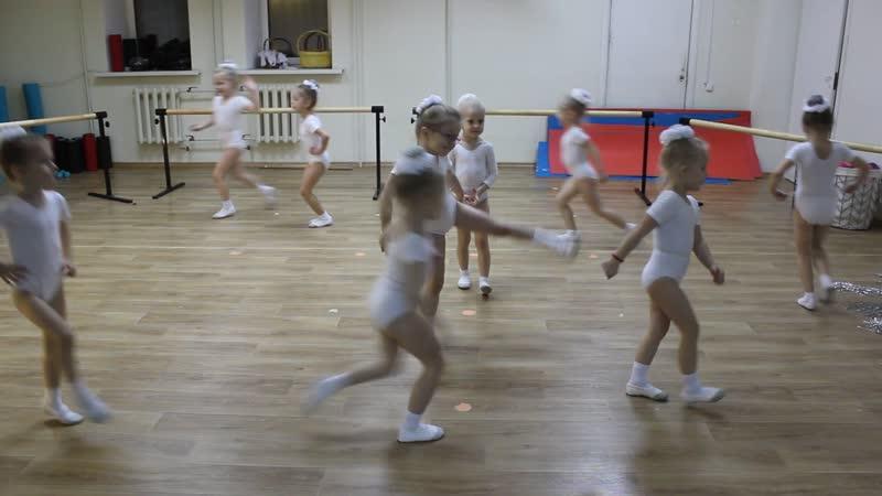 Малышки танцуют перед занятием хореографией:) Декабрь 2018