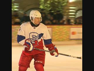 Путин сыграл в хоккей на Красной площади