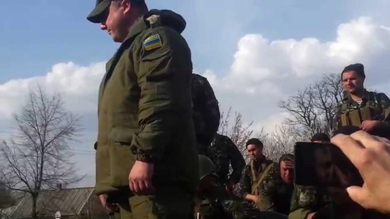 Командир военного подразделения которое заблокировано людьми в Краматаорске на Пчёлкино