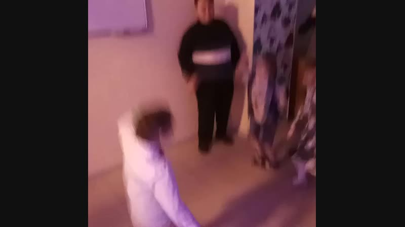 Максим танцует с гостями