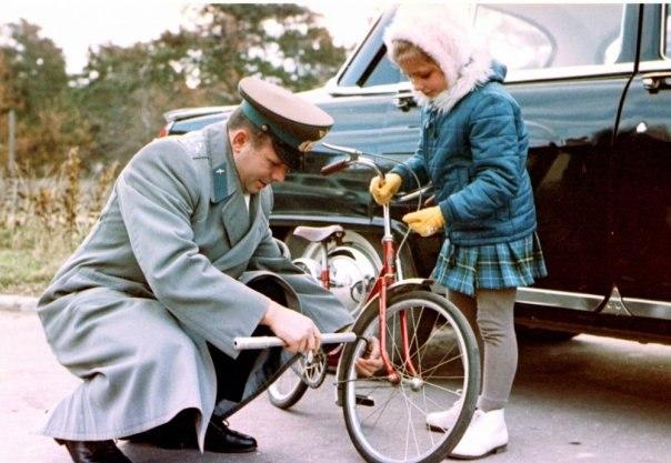 Юрий Гагарин заботливый отец