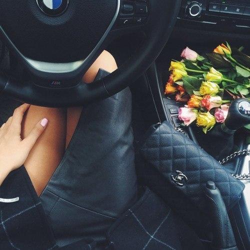 Фото девушки с цветами в машине без лица