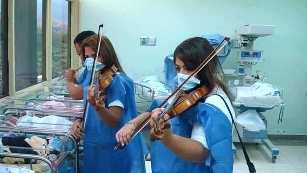 Сотрудницы роддома играют на скрипках для новорожденных малышей, Армения, Ереван...