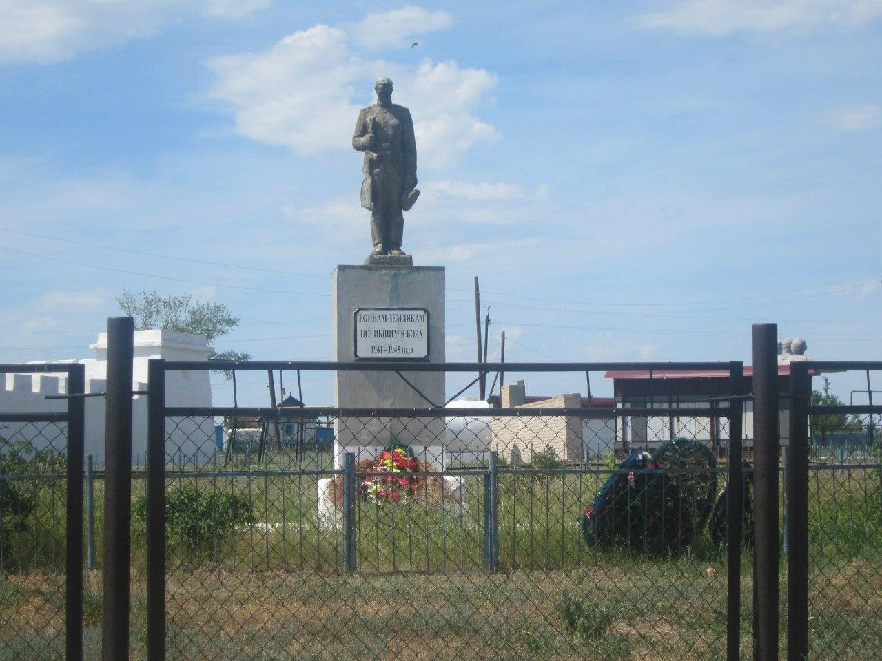 За крепостью имеется памятник павшим в Великой Отечественной Войне. (25.06.2013)