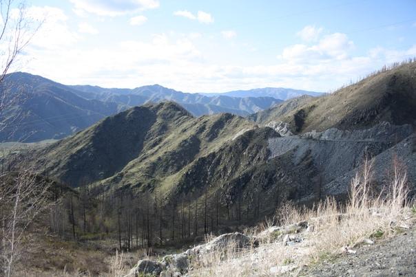 Тут почти везде в горах Б-жественный свет, который мягкими тенями обволакивает всё и создаёт умопомрачительные эффекты. Ну и ещё только в горах можно видеть толщину горизонта в явном смысле через голубизну. В горах вообще очень много голубизны, если вы понимаете о чём я.