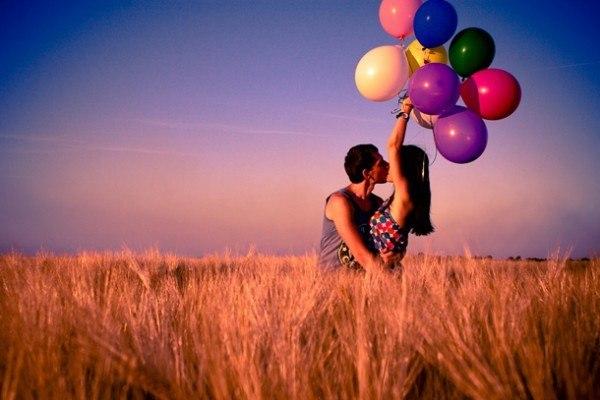 Щасливі хвилини разом і надувні шаріки