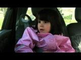 Маленькая девочка слушает японскую ню-метал группу Maximum the Hormone в машине