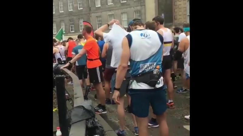 Сэм Хьюэн на старте Эдинбургского марафона