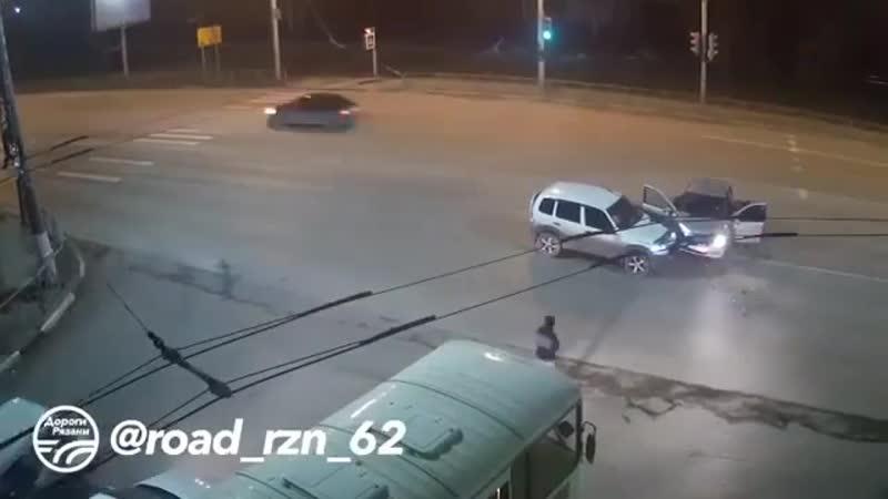 Repost @ road_rzn_62 ・・・ 🚨 ДТП в Рязани Таран такси! 🚔(Московское шоссе) 📅 Дата: 12.11.18  ДорогиРязани ryazan rznlife rz