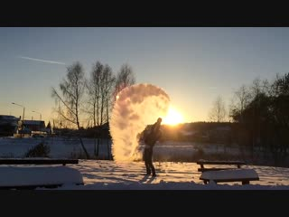 Кипяток на морозе. Нереально красивое видео