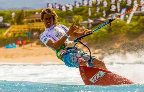 Кайтер использует силу ветра с помощью большого регулируемого силового кайта, перемещается по воде на доске для кайтов, похожей на вейкборд или маленькую доску для серфинга.