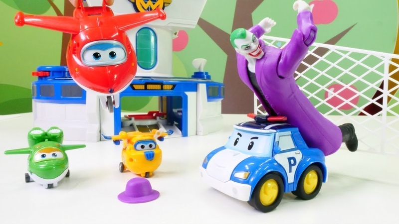 Joker contra los vehículos de servicio. Vídeo de juguetes infantiles.