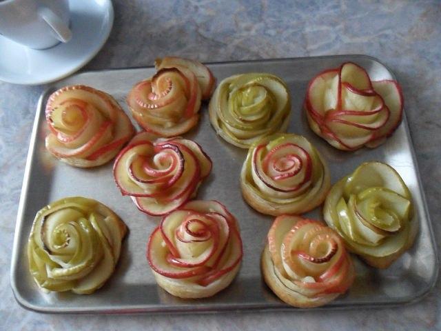 Розочки с яблоками в слоеном тесте