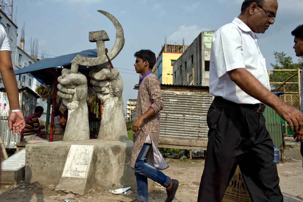 Под знаком серпа и молота: Серый памятник в Бангладеш