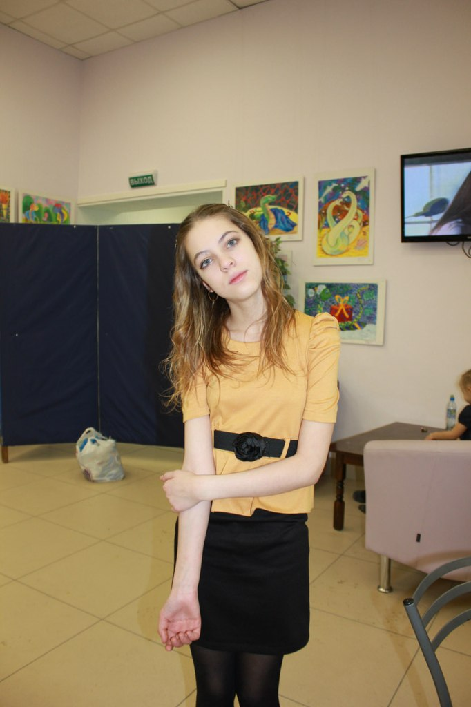Фотосет девушки в желтой кофте и черных колготках