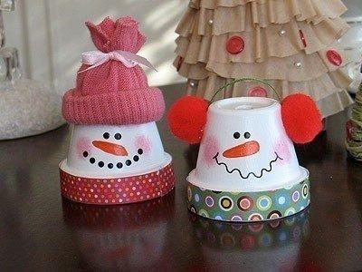 """🎄❄⛄ НОВОГОДНИЕ ИДЕИ! Веселые снеговики. Из обыкновенных керамических горшков для комнатных растений можно сделать своими руками симпатичных снеговиков! Под ними будет удобно прятать небольшие подарки для семьи. Смущенная улыбка на снежной мордашке как будто говорит """"у меня есть для тебя подарочек!"""" Для новогодней поделки понадобится: керамические горшки; акриловая краска(белая, черная, розовая и оранжевая); старая вязаная рукавичка, помпоны, ленты; цветная бумага; клей; ножницы.…"""