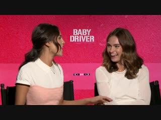 Лили Джеймс и Эйса Гонсалес для «Flickering Myth» в рамках промоушена фильма «Малыш на драйве»