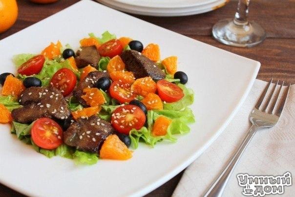 🏡✨✨🎄🎊🎄✨✨🏡 Зимнее настроение в Умном доме! Салат с куриной печенью и мандаринами Ищете какой-нибудь новенький вкусный салат? Или уже задумываетесь о меню на новогодний вечер? Тогда вам точно пригодится этот рецепт! Готовится на раз-два, потрясающе вкусный и свежий! Поверьте, ваши гости будут в восторге! Вам потребуется: печень куриная 200 г мандарины 1 шт. салат айсберг 1 пучок черри 100 г виноград (без косточек) 50-70 г лимонный сок (для соуса) 2 ст.л. масло оливковое (для соуса и обжарки…