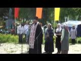 Священник проводит обряд памяти убитых и пропавших безвести