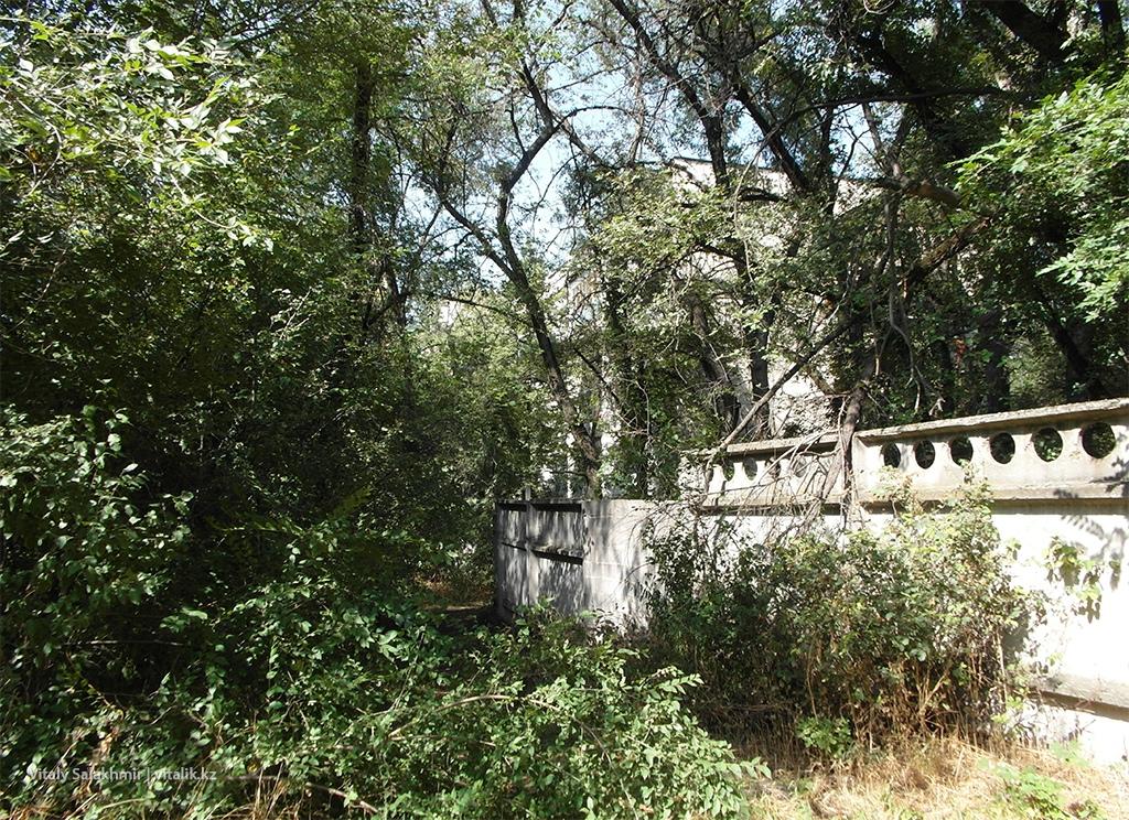 Забор КазГУ, Ботанический сад Алматы