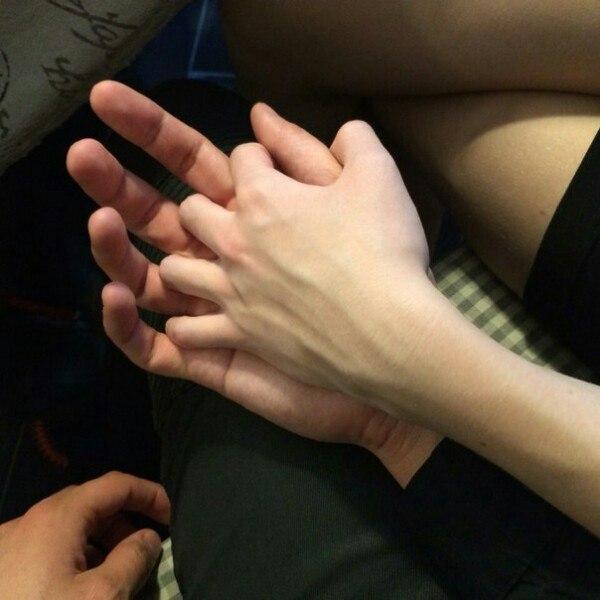Если парень держит мои руки в своих руках 858