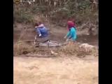 Велосипедист сбил ногой пассажира