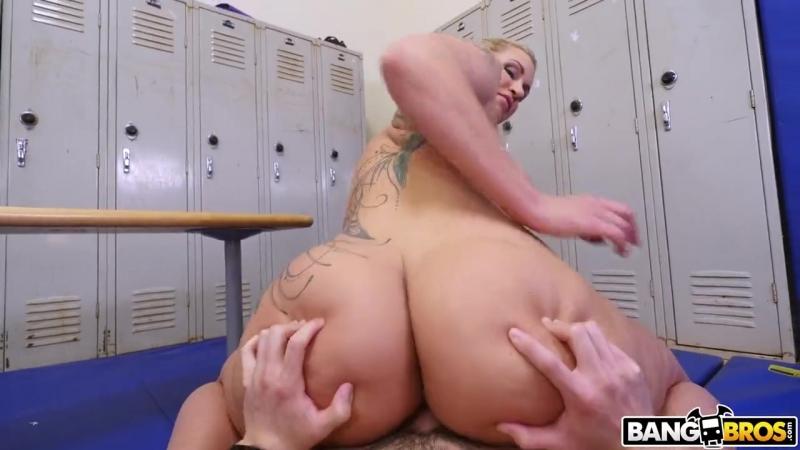 Анальное порно! Сопляк подсматривал за 47-летней физручкой в женской раздевалке