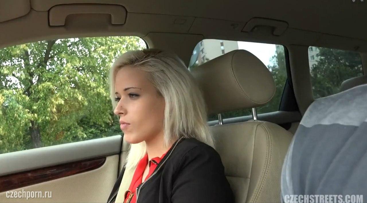 Блондинка в машине