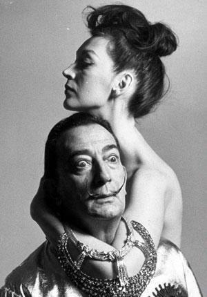 Единственной женщиной и музой Сальвадора Дали была его жена Елена Дмитриевна Дьяконова (Гала Дали . Она была старше его на 10 лет.В ту пору я возымел интерес к элегантным женщинам. А что такое