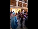 Дедушка Мороз и Снегурочка танцуют с детками
