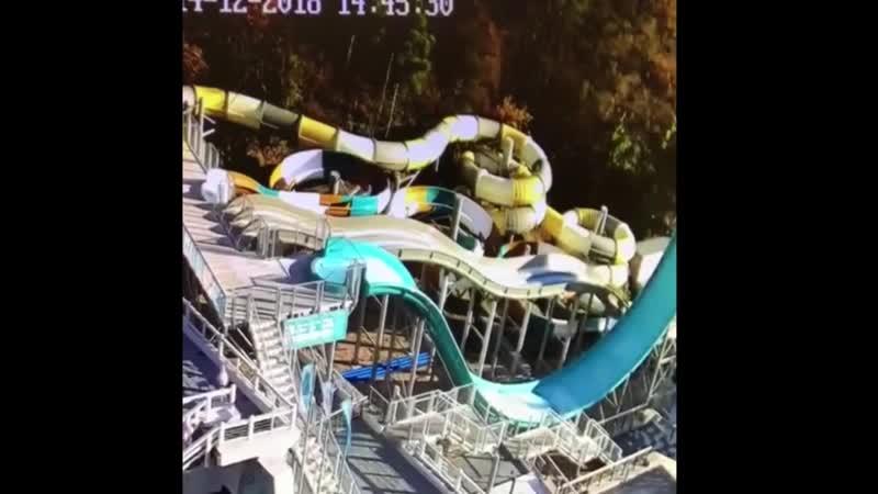 Самосвал без тормозов рухнул со склона на аквапарк при отеле Ялта Интурист