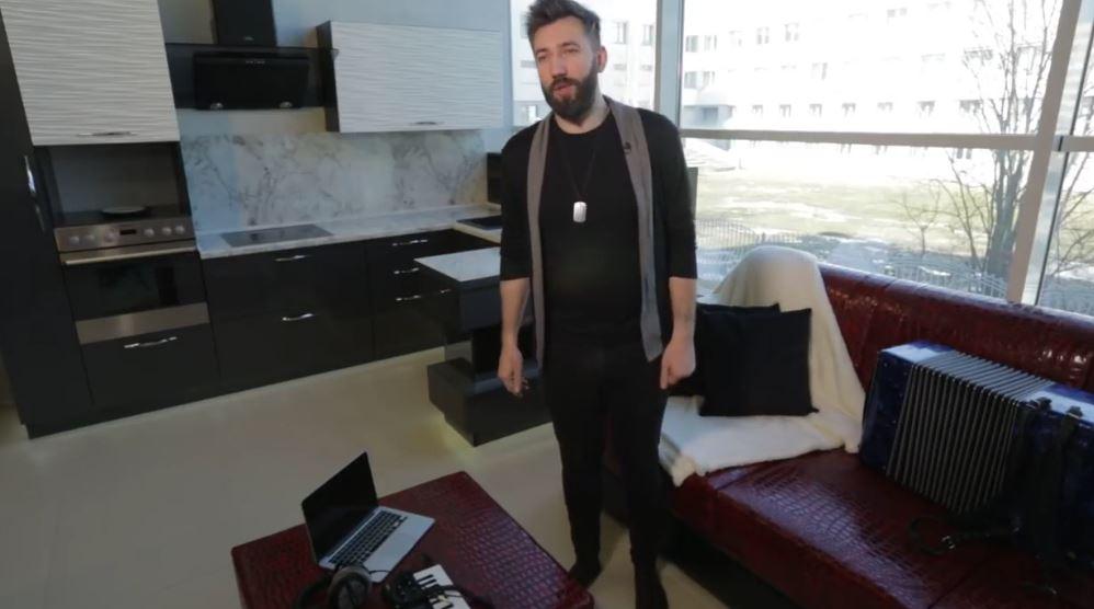 Виталий Воронко показал свою шикарную квартиру-студию