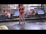 В Новосибирске девушки в бикини устроили пикет в грязи