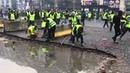 Une barricade sur les Champs Elysées érigée par les Gilets jaunes