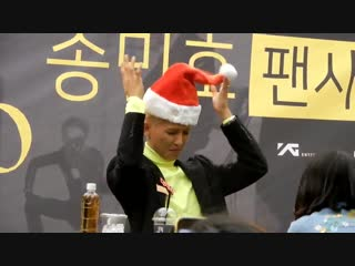 i just can't stop watching the fancams of mino with Christmas hat he's so scared -