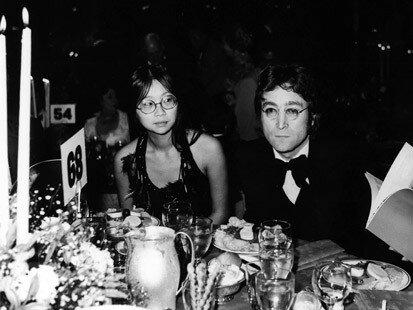 ПОТЕРЯННЫЙ УИК - ЭНД В период с 1973 по 1975 год Йоко Оно и Джон Леннон разошлись, и Леннон стал жить с другой девушкой, 23-летней китаянкой Мэй Пэнг. Этот период в книгах по истории рока